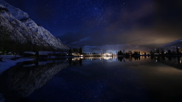 stars reflected in lake hallstatt - アッパーオーストリア点の映像素材/bロール