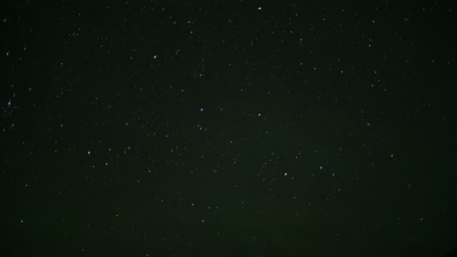 vídeos de stock e filmes b-roll de stars wheel in night sky. - escuro