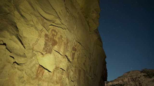 vídeos de stock e filmes b-roll de stars wheel in the sky above anasazi pictographs in sego canyon, utah. - anasazi