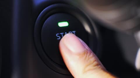 vídeos y material grabado en eventos de stock de arranque el motor del coche pulsando un botón - motor eléctrico