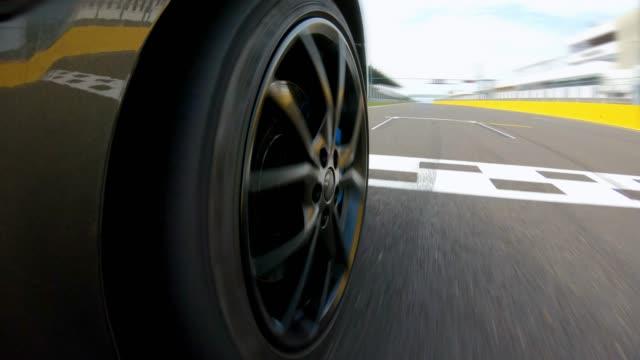 vídeos y material grabado en eventos de stock de inicio de la carrera de automóviles, acelerando a través de la línea de salida - neumatico