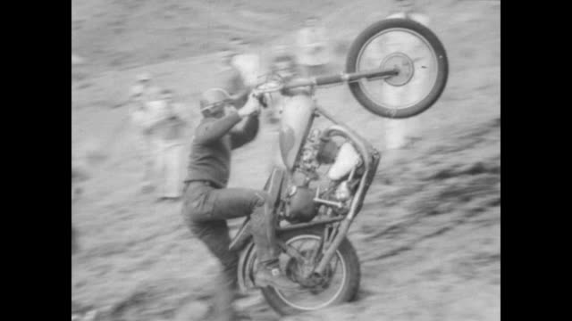 start of the annual motorcycle hill climb in lewiston, idaho / man on back of his bike with dozens of motorcycles in the background / man rides bike... - 年次イベント点の映像素材/bロール