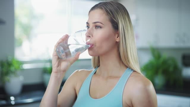 vidéos et rushes de commencez à prendre votre santé plus au sérieux - verre d'eau