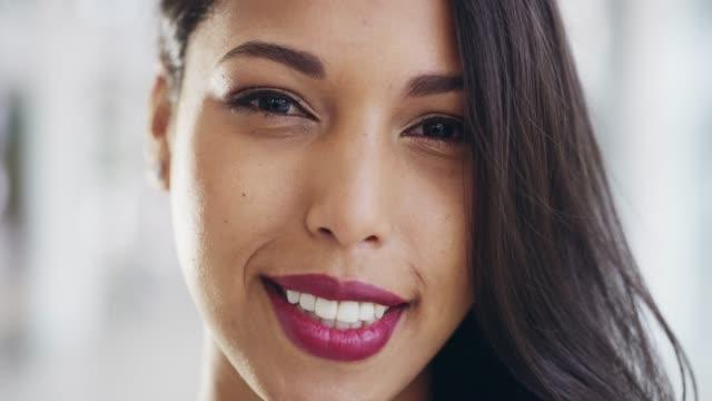 ポジティブな態度で一日を始める - 歯を見せて笑う点の映像素材/bロール