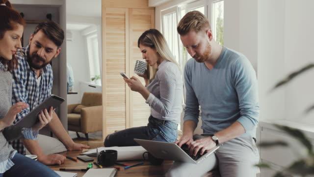Starten Sie Team unter Selfie mit Touchpad und Spaß an casual Büro haben.