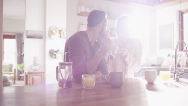 vídeos de stock, filmes e b-roll de comece o seu dia com uma data de pequeno-almoço em casa - boyfriend