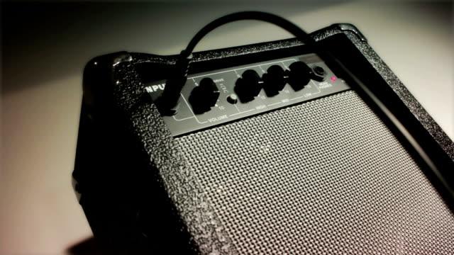 vidéos et rushes de commencez votre musique à la session. amplificateur - guitare électrique