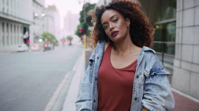 vídeos y material grabado en eventos de stock de comience su propia tendencia en la ciudad - rizado peinado