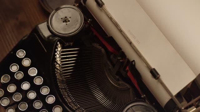 ds avviare un libro su una vecchia macchina da scrivere - macchina da scrivere video stock e b–roll