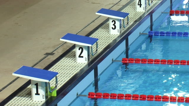 Ab blocks von der Swimmingpool in Wettkampfgröße