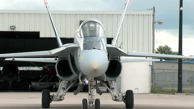 vídeos de stock e filmes b-roll de f18 iniciar é a taxi e inverter imagens seq - força aérea
