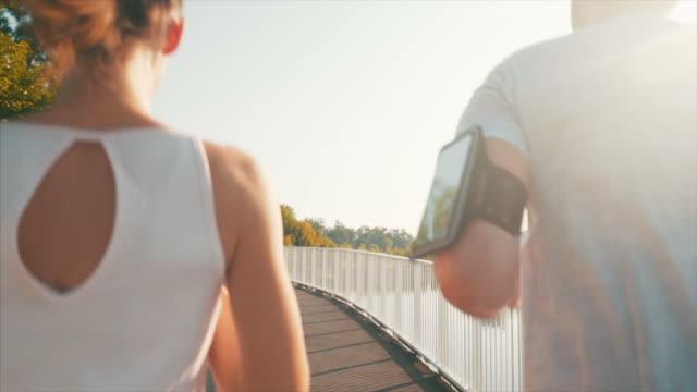 ランニングトレーニングで一日をスタート。 - ジョギング点の映像素材/bロール