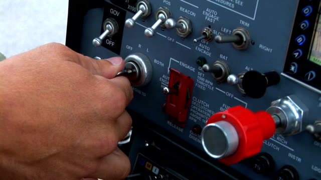 vídeos de stock, filmes e b-roll de hd: iniciar o helicóptero - cabine de piloto de avião