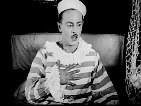 vídeos de stock, filmes e b-roll de 1925 b/w ms startled man (sidney smith) waking up, fanning himself with his sailor hat, and gasping for air / los angeles county, california, usa - choque