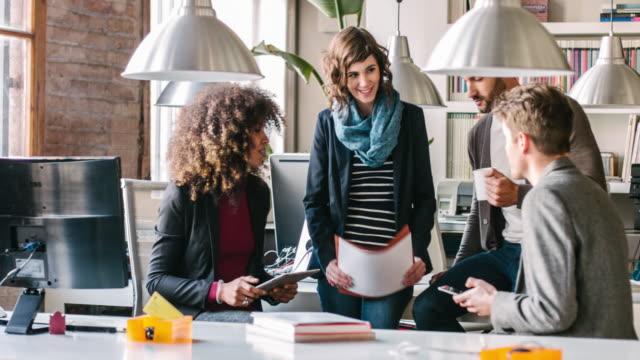 vidéos et rushes de startup business meeting - jeune pousse