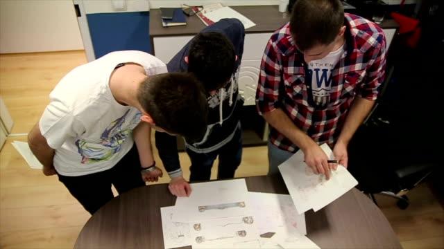 vídeos de stock e filmes b-roll de startup business people group working as team to find solution to problem - software de computador