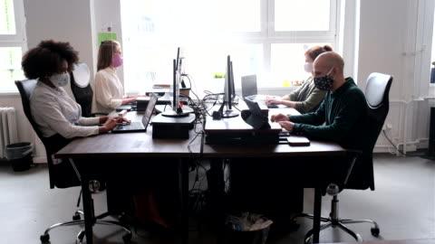 vídeos y material grabado en eventos de stock de los empresarios de startups vuelven al trabajo después de la pandemia de covid-19 - empleada administrativa