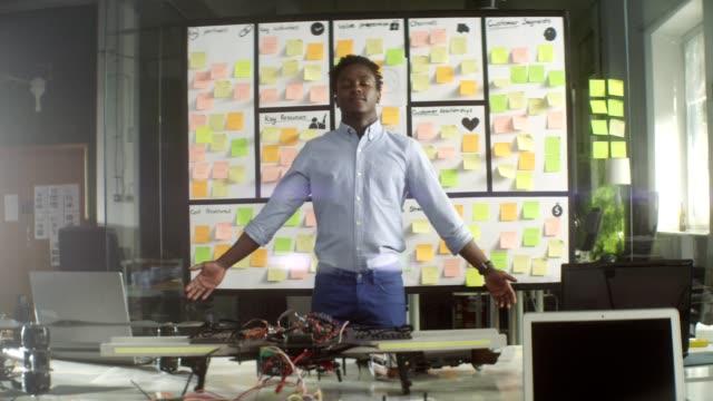vídeos de stock, filmes e b-roll de companhia startup. pensando em solução na frente do conselho. braços estendidos - braço