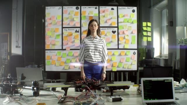 vídeos de stock, filmes e b-roll de companhia startup. pensando em solução na frente do conselho - decisão