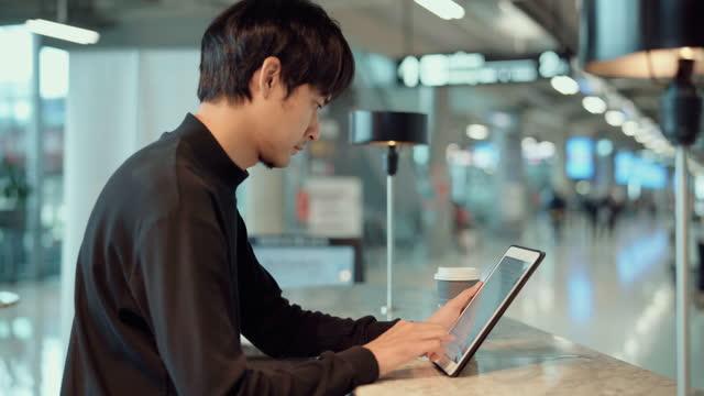 vídeos y material grabado en eventos de stock de start-up man using tablet in coffee shop - cultura de café