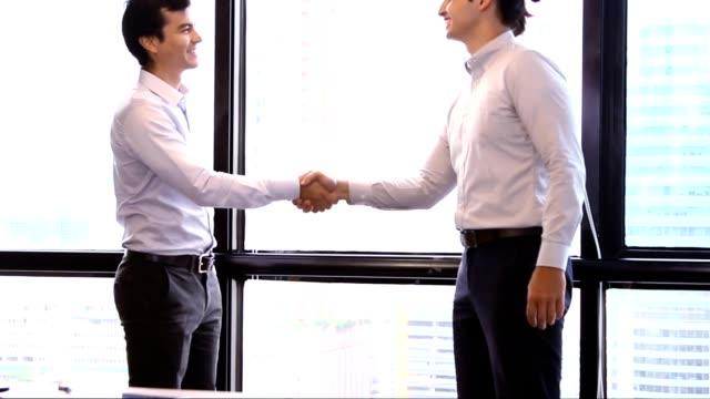 vídeos de stock e filmes b-roll de start-up meetings:business handshake agreement for good job. - recrutamento