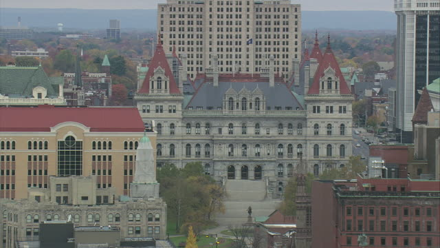 aerial state capital building / albany, new york, united states - kapitol lokales regierungsgebäude stock-videos und b-roll-filmmaterial