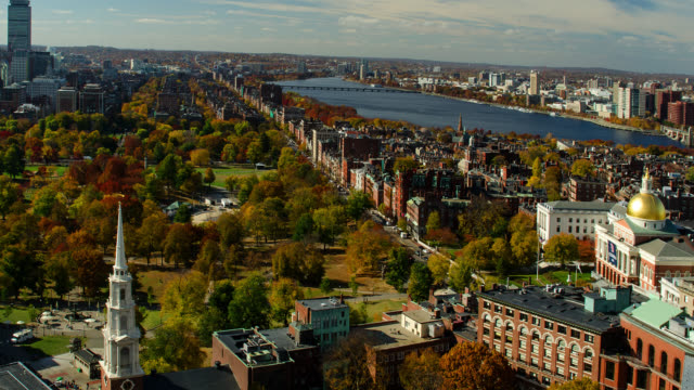 vidéos et rushes de t/l wa ha pan  state capital building and boston commons and downtown skyline in autumn - massachusetts