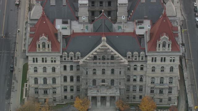vídeos de stock, filmes e b-roll de aerial state capitol building / albany, new york, united states - capitólio estatal