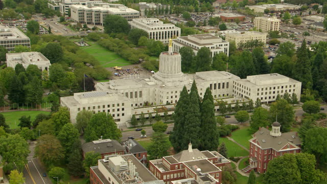 vídeos de stock e filmes b-roll de ws aerial ds state capitol building in downtown salem / oregon, united states - salem oregon