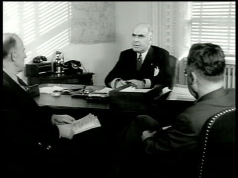 vídeos de stock e filmes b-roll de state department building former new york governor herbert h lehman in office talking w/ two unidentified men map highting hunger starvation areas in... - crise mundial de alimentos
