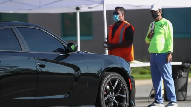 vídeos de stock, filmes e b-roll de state emergency response team members register drivers to receive a covid-19 test at the maingate complex at walt disney world on august 14, 2020 in... - florida us state