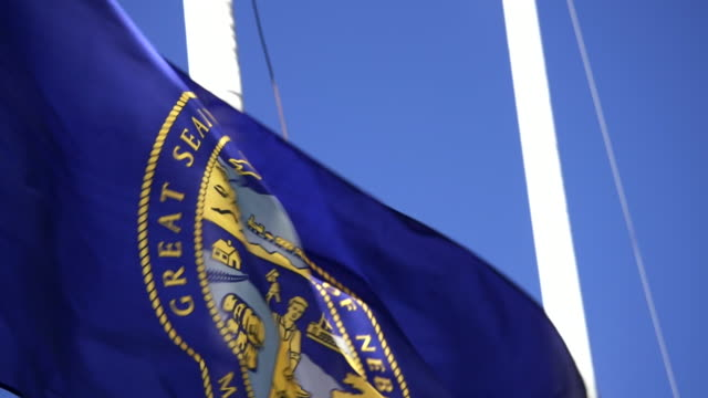 geben sie flag of nebraska winken in der brise - 4k/uhd - nebraska stock-videos und b-roll-filmmaterial