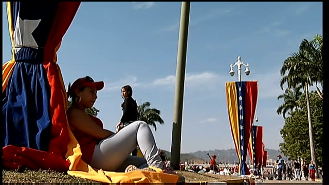 state funeral of hugo chavez banners made up of large venezualan flags lining street people lining the street - ウゴ・チャベス点の映像素材/bロール