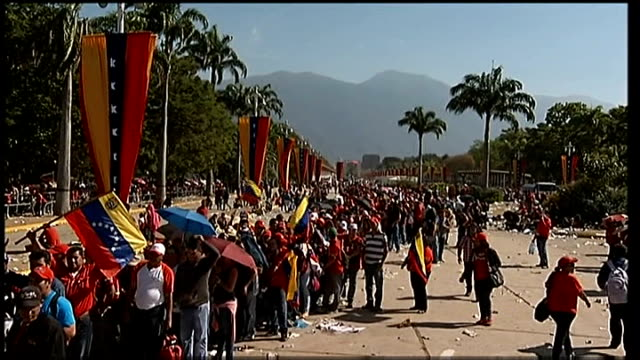 caracas ext people queueing to pay their respects to president hugo chevez as he lies in state - ウゴ・チャベス点の映像素材/bロール