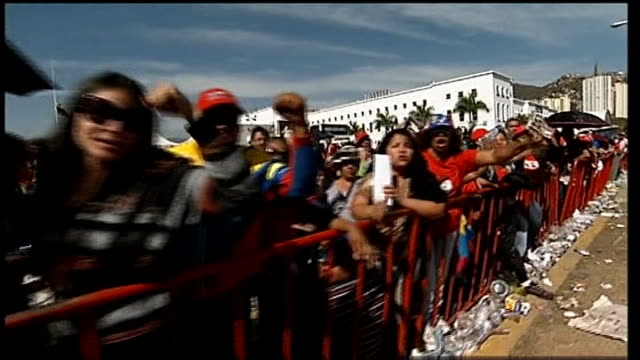 caracas ext various of people queueing to pay their respects to president hugo chavez whose body is lying in state and chanting his name sot various... - ウゴ・チャベス点の映像素材/bロール