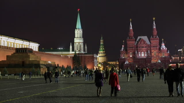 state historical museum and the kremlin in red square, moscow, russia - moscow russia stock-videos und b-roll-filmmaterial