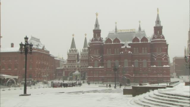 state historical museum, iberian gate & chapel & moscow city hall on snowy, winter day - 礼拝堂点の映像素材/bロール