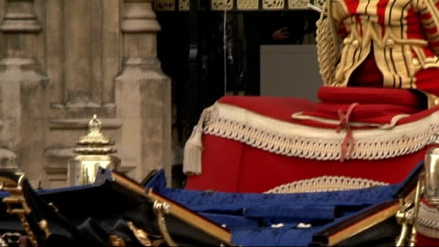 stockvideo's en b-roll-footage met sovereign's gate arrival england london houses of parliament sovereign's gate ext sovereign's entrance sign with beefeaters parading in foreground/... - yeomen warder