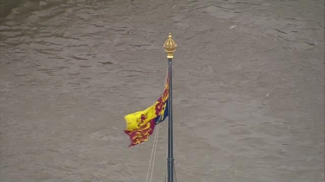 vídeos y material grabado en eventos de stock de state opening of parliament: aerials of queen's journey to houses of parliament; england: london: westminster: air views / aerials royal standard... - torre victoria