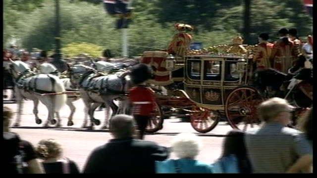 london westminster ceremonial carriage carrying queen elizabeth ii prince philip the duke of edinburgh along as arriving for state opening of... - thronrede britische parlamentseröffnung stock-videos und b-roll-filmmaterial