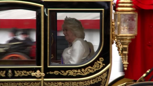 state opening of parliament: politicians attend queen's speech ceremony; england: london: westminster: ext horses and carriage carrying queen... - コーンウォール公爵夫人 カミラ点の映像素材/bロール