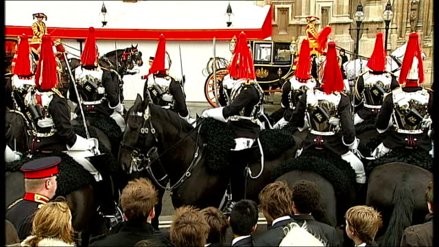 queen arriving and departing parliament carriage procession of queen elizabeth ii arriving / sign sovereign's entrance / carriage driver / soldiers... - the queen's speech state opening of uk parliament stock-videos und b-roll-filmmaterial
