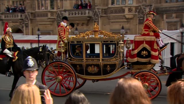 queen's arrival england london ext royal carriage arriving / prince charles prince of wales and camilla duchess of cornwall getting out / royal... - the queen's speech state opening of uk parliament stock-videos und b-roll-filmmaterial
