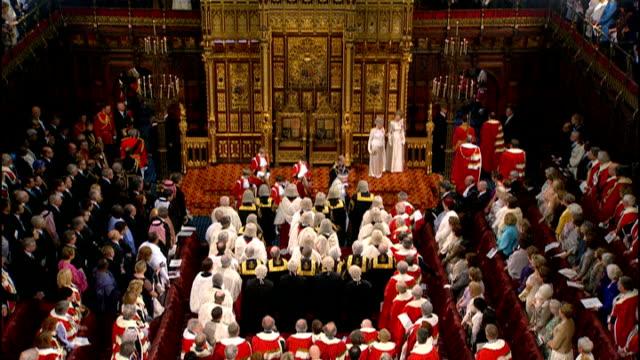 vídeos y material grabado en eventos de stock de state opening of parliament: queen's speech 2012; palace of westminster: queen and prince philip leaving house of lords chamber ext household cavalry... - tracción de caballos