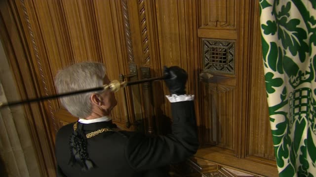 queen's speech 2015 black rod knocking three times on door david cameron mp and harriet harman mp along followed by george osborne mp chris leslie mp... - the queen's speech state opening of uk parliament stock-videos und b-roll-filmmaterial