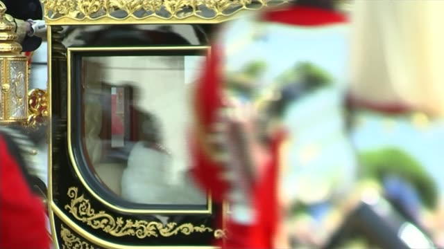 queen's speech 2015 england london ext obscured view of queen elizabeth ii and prince philip duke of edinburgh arriving in royal carriage at... - the queen's speech state opening of uk parliament stock-videos und b-roll-filmmaterial
