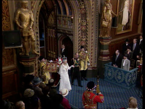 state opening of parliament: queen's speech; england: london: westminster: house of lords main chamber: int tgv queen elizabeth ii into chamber with... - ウェストミンスター宮殿点の映像素材/bロール