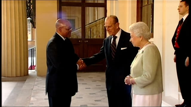 farewell at buckingham palace england london buckingham palace photography *** jacob zuma and queen elizabeth ii along from palace shaking hands... - state visit stock videos & royalty-free footage