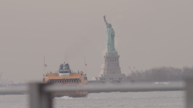 staten island ferry in front of statue of liberty - 女性像点の映像素材/bロール