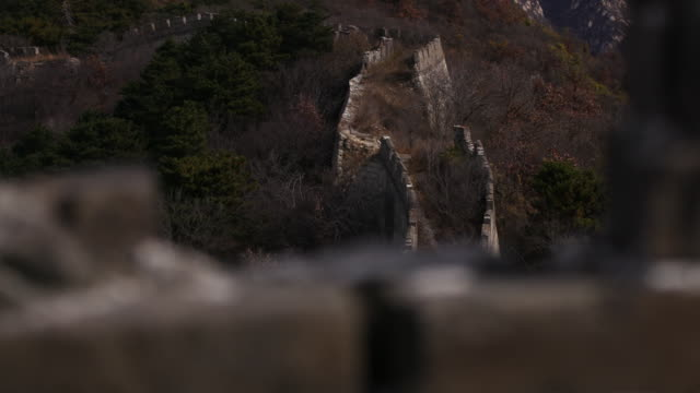 vídeos de stock e filmes b-roll de static aerial drone shot of path along the great wall of china in beijing china - aerial or drone pov or scenics or nature or cityscape